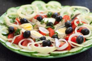 vraie salade niçoise sur assiette