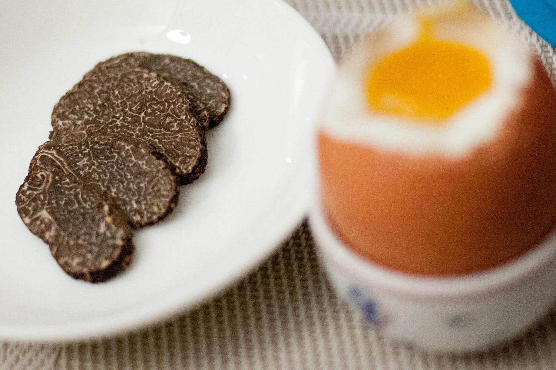Un œuf à la coque et une truffe