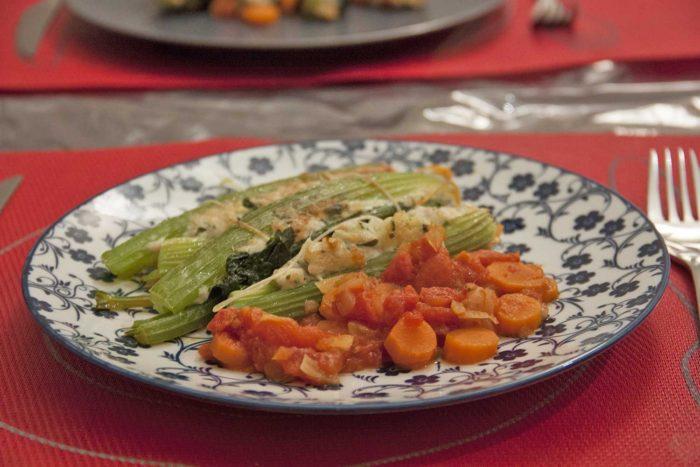 Cotes de céleris farcis au poulet et au bacon et à la sauce tomate